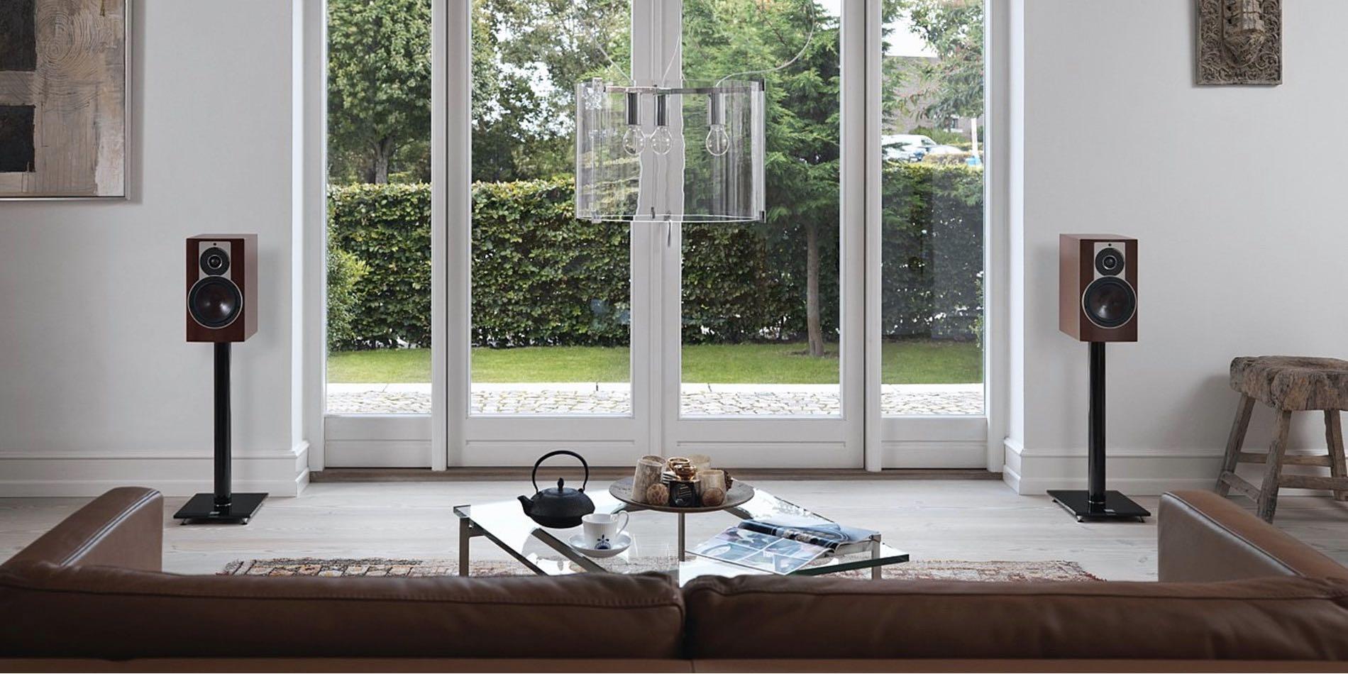 Altavoces monitores en interior del hogar