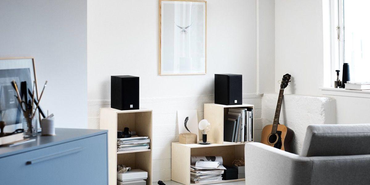 Dali Spektor 2 en negro con rejillas encima de muebles