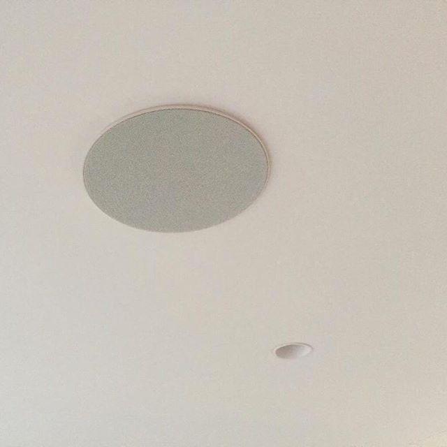 Altavoces empotrados en techo