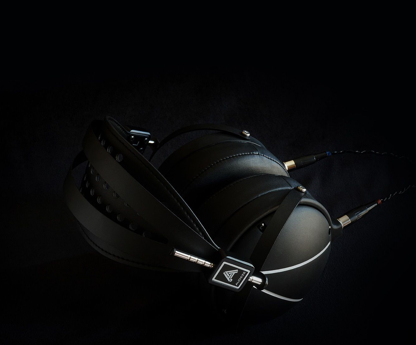 LCD2 Closed-Back en fondo negro