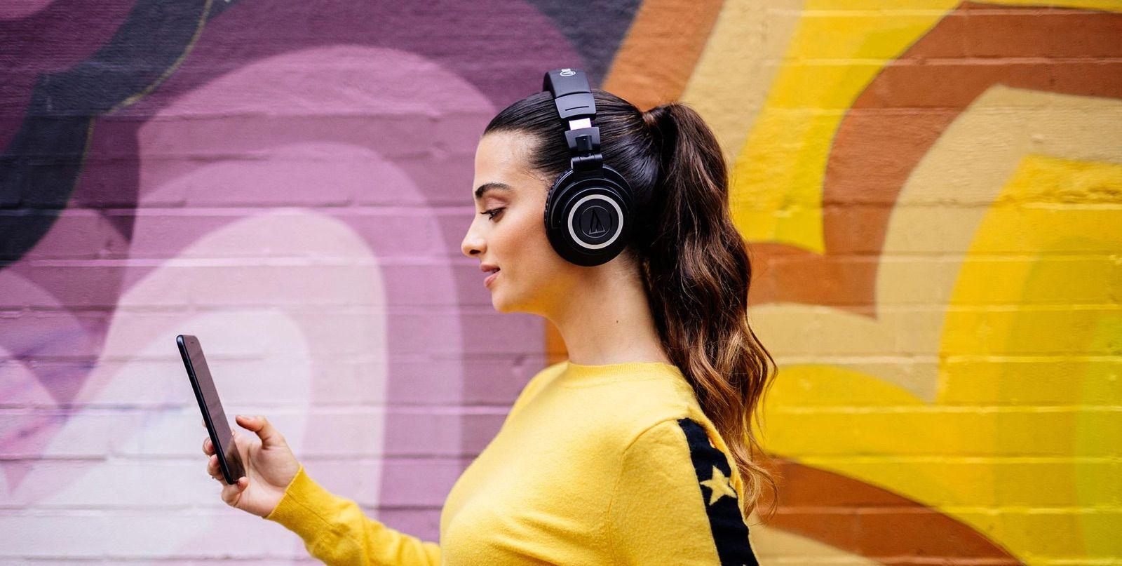 Chica escuchando sin cables con los M50xBT