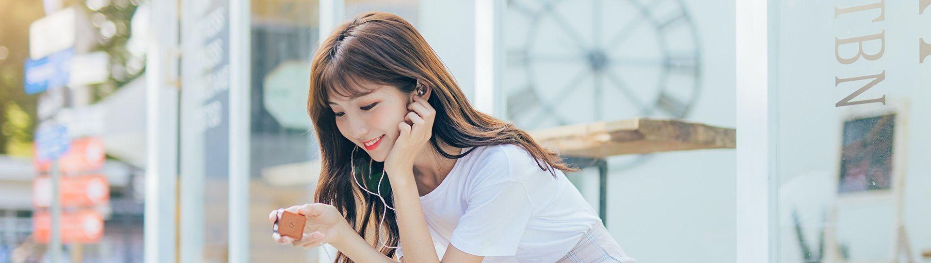 Chica escuchando música con el Shanling M0